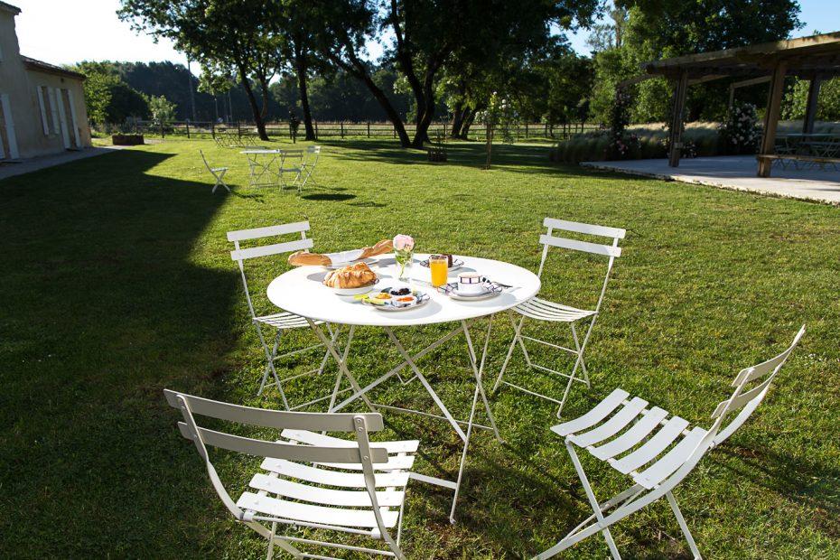 Table à manger de jardin avec petit déjeuner continental au milieu du jardin